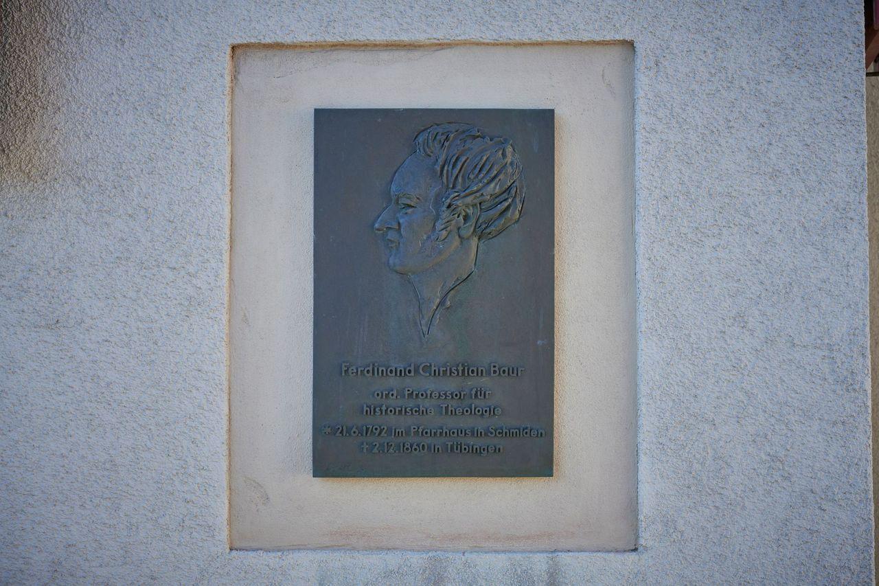 Ferdinand Christian Baur, Erinnerungsplakette am Geburtshaus in Schmiden von Günter Decool, Foto Peter Hartung