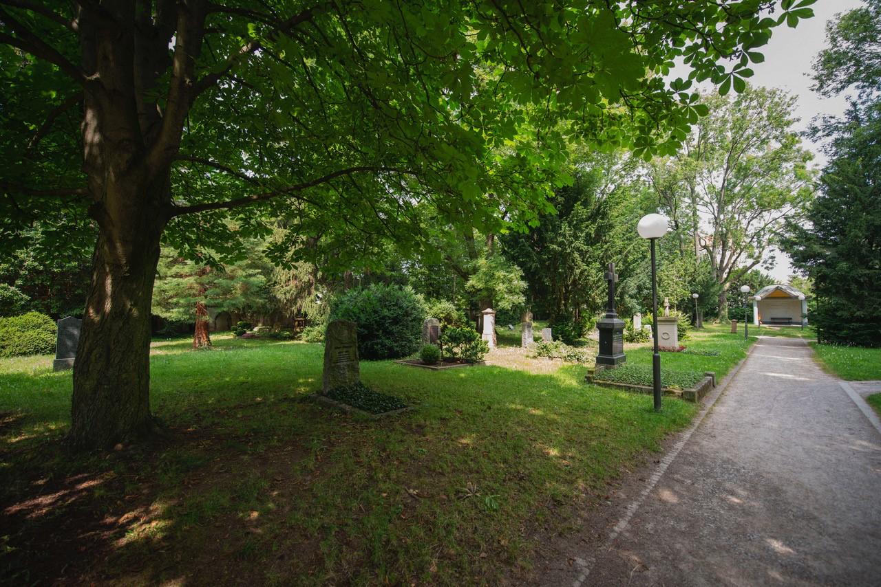 """Auf dem Alten Friedhof, 1605 angelegt, der """"Pavillon"""" wurde 1925 als Schutzhalle für die Kreuzigungsgruppe errichtet, die 1972 in die Lutherkirche verbracht wurde. Foto Peter Hartung"""